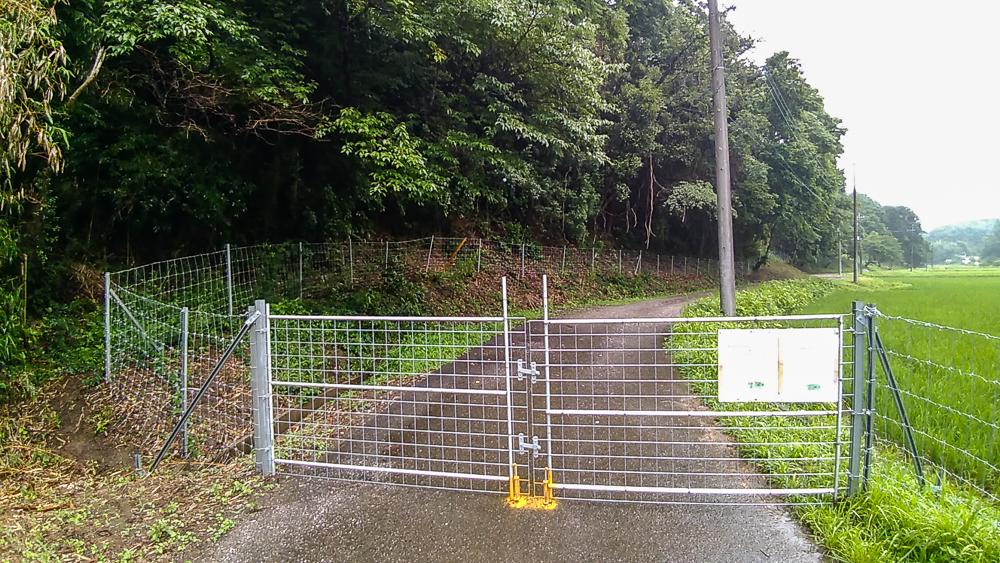 ⑤東側のイノシシ除けゲート 左の森が対象地